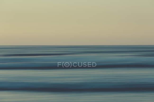 Пляж над океаном на закате — стоковое фото