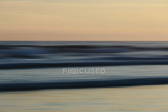 Beach over ocean at sunset — Stock Photo