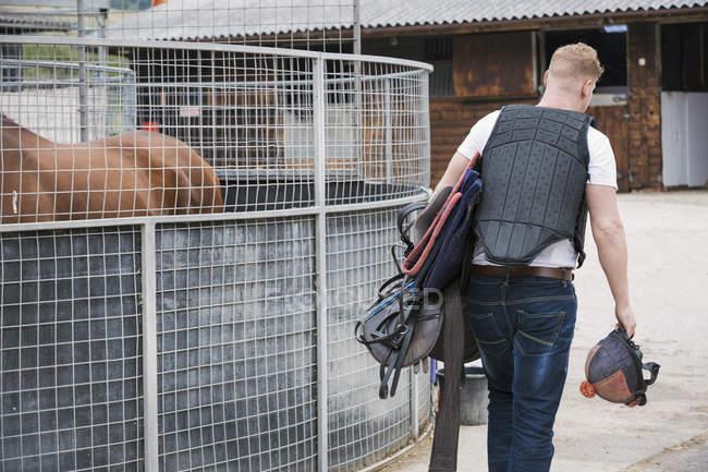Людина балансова передач Верхова їзда на конях stable — стокове фото