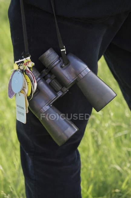 Persona que par de binoculares - foto de stock