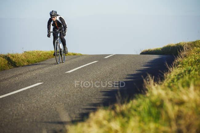 Езда на велосипеде по проселочной дороге — стоковое фото