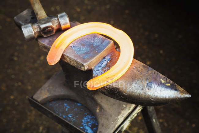 Світиться червоний нагрівання металу підкова — стокове фото