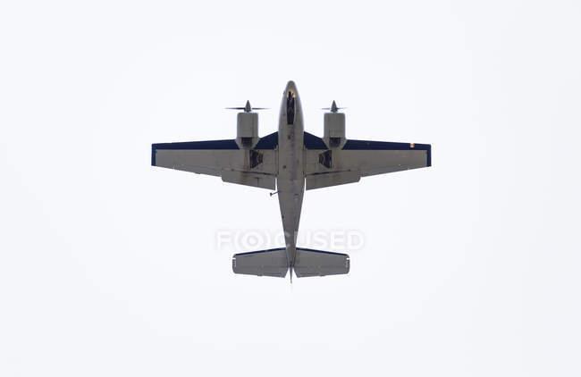 Vista inferior del avión - foto de stock