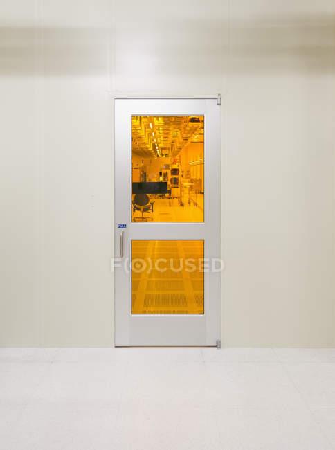 Porta in metallo per camera pulita — Foto stock
