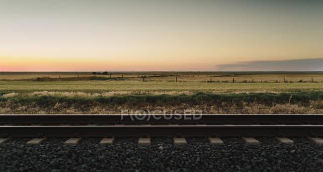 Voie ferrée à travers des paysages ruraux — Photo de stock