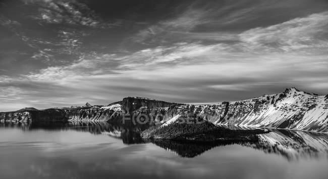 Lake reflecting hilly landscape — Fotografia de Stock