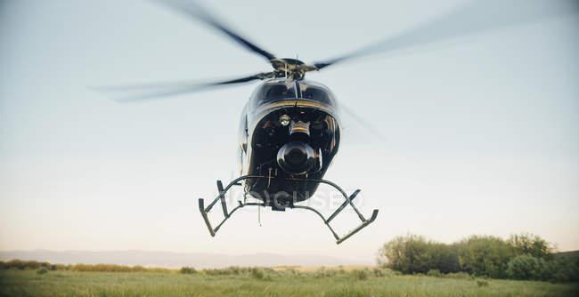 Черный вертолет, приземлившийся — стоковое фото