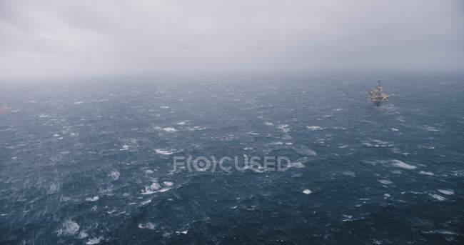 Plate-forme pétrolière en mer du Nord — Photo de stock