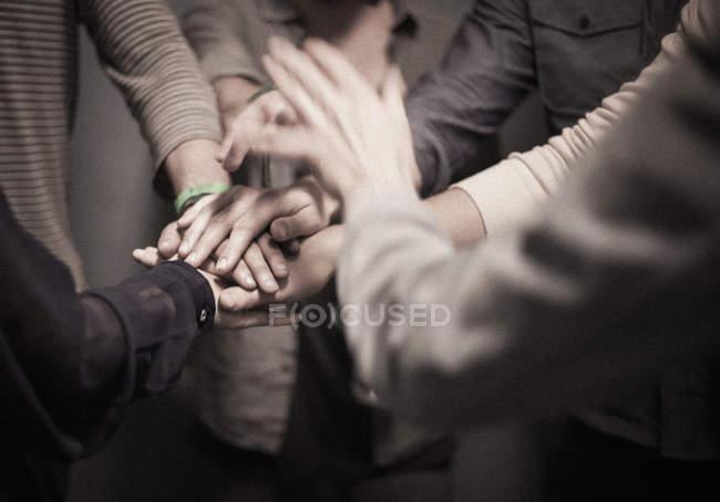 Persone in piedi con le mani stratificate in gesto — Foto stock