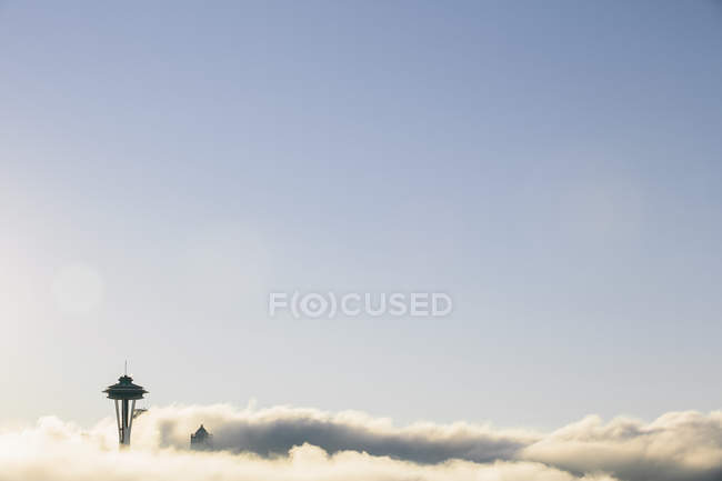 Космічної вежі голки бачили над шаром хмара — стокове фото