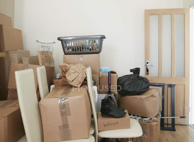 Camera piena di scatole di cartone — Foto stock