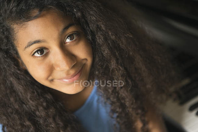 Teenage girl smiling at camera — Stock Photo