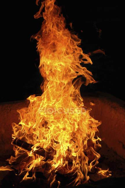 Kaminfeuer beleuchtet in einem offenen Raum — Stockfoto