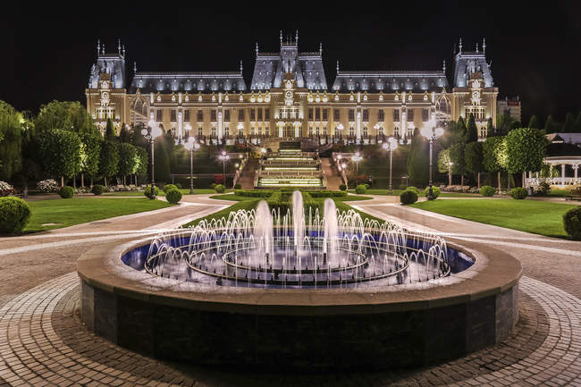 Grand building at night with fountain — Stock Photo