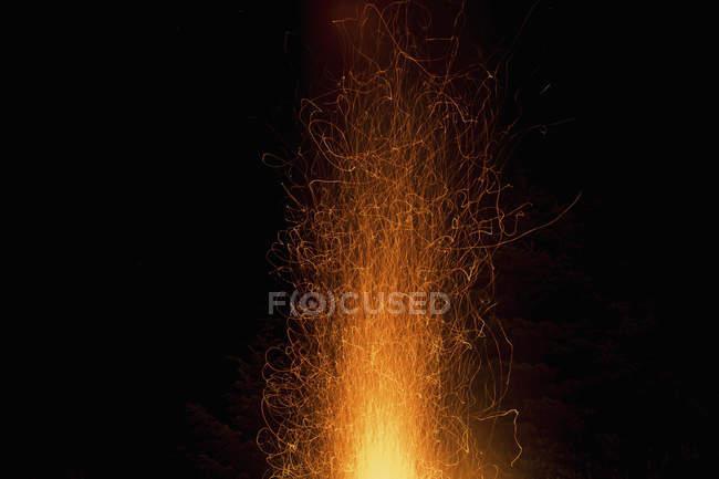 Flammen und Funken am Nachthimmel — Stockfoto
