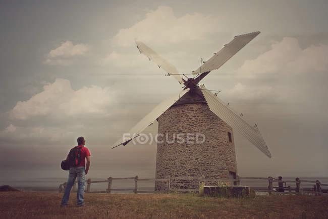 Mann, Blick auf Windmühle Gebäude — Stockfoto