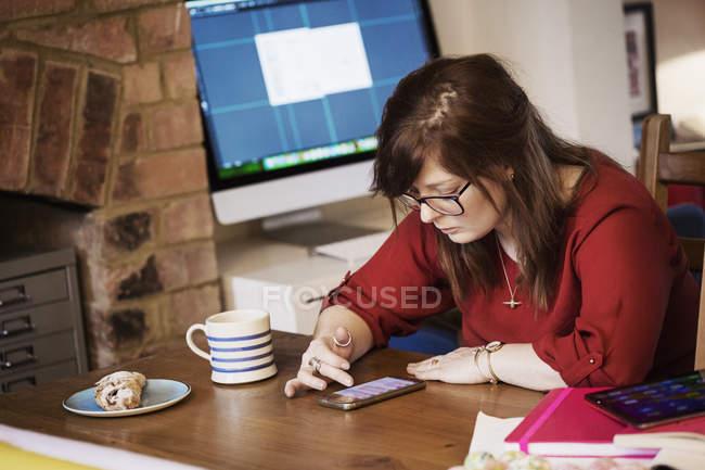 Donna scorrendo i messaggi su smartphone — Foto stock