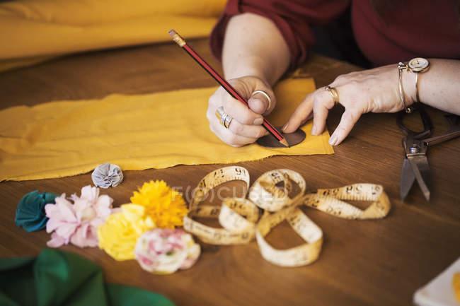 Frau zeichnet kleine Vorlage — Stockfoto
