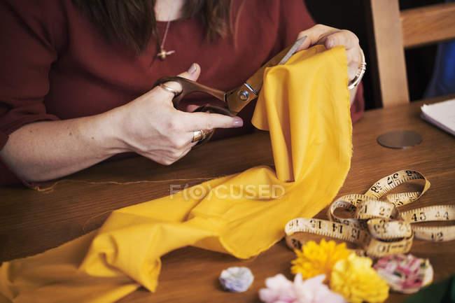 Schneiderin schneidet Schere zum Schneiden von Material — Stockfoto