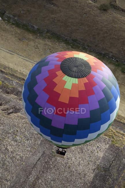 Globo aerostático en vuelo - foto de stock