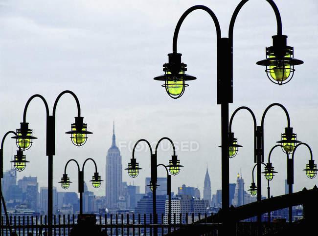 Lampioni con lo skyline di Manhattan — Foto stock