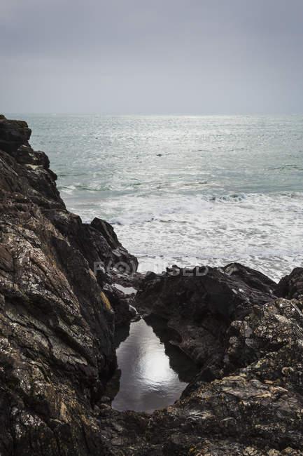 Mare da una scogliera rocciosa . — Foto stock