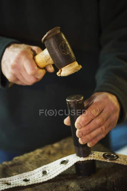 Людина куванням блочок — стокове фото