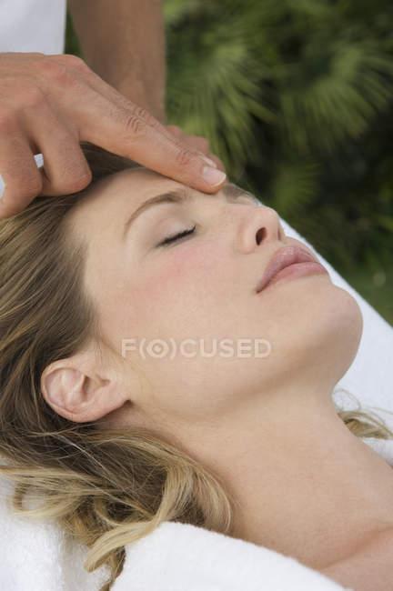 Mujer recibiendo un masaje en la cabeza - foto de stock