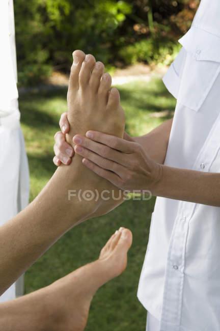 Frau erhält eine Fußmassage — Stockfoto