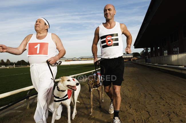 Zwei Männer in Sportbekleidung ausgeführt — Stockfoto