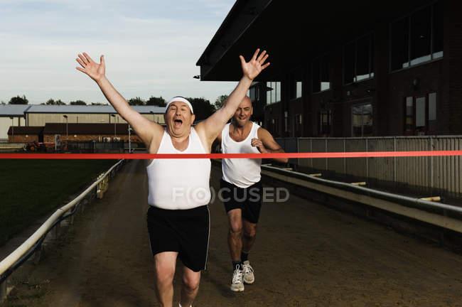 Zwei Männer in Sportbekleidung in Richtung — Stockfoto