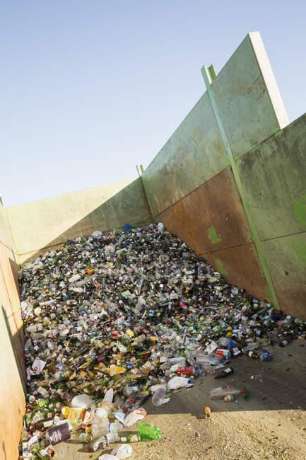 Bouteilles recyclées au centre de recyclage — Photo de stock