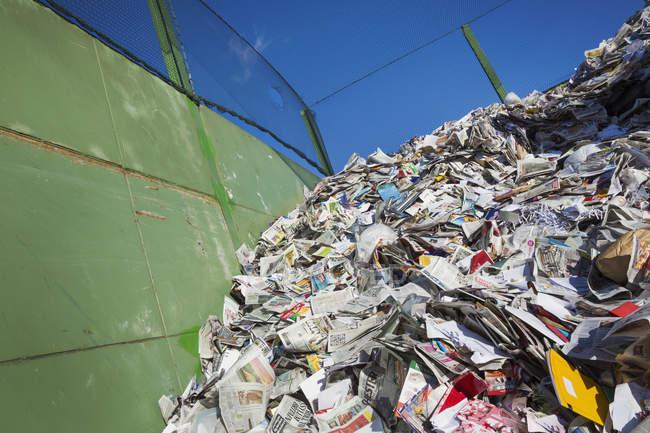 Couches recyclées au centre de recyclage — Photo de stock