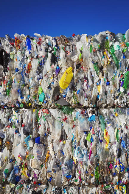 Fasci di bottiglie di plastica — Foto stock