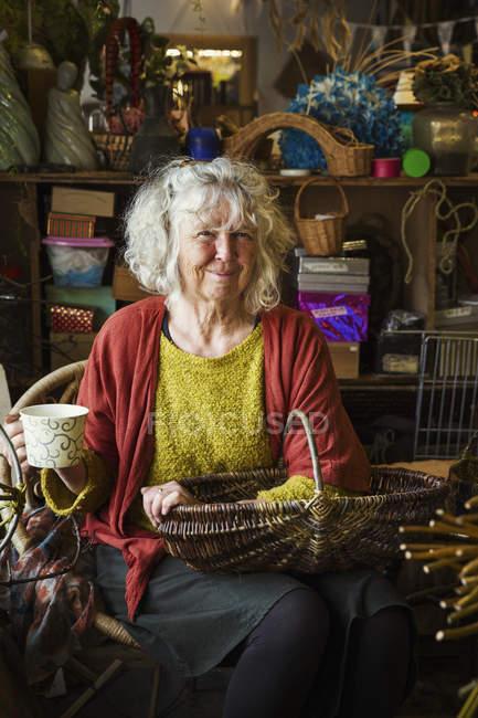 Mulher em oficina tecelões cesta — Fotografia de Stock