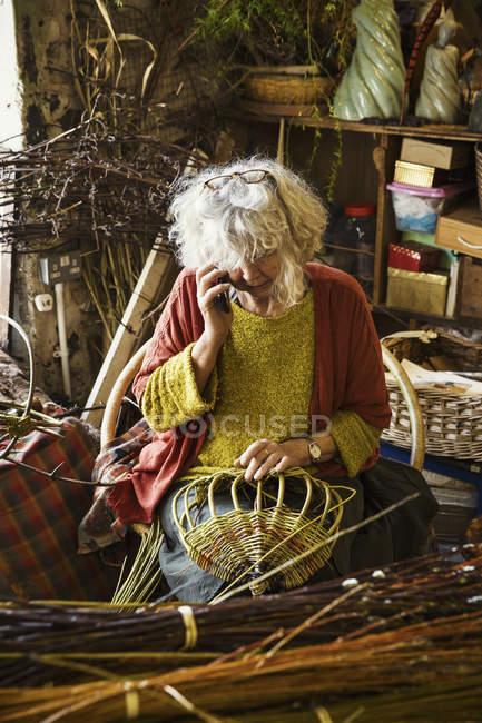 Mulher tecelagem cesta — Fotografia de Stock