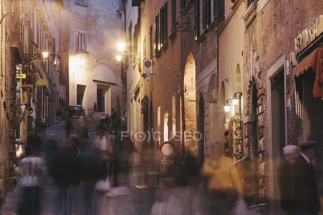 Calle muy transitada por la noche - foto de stock
