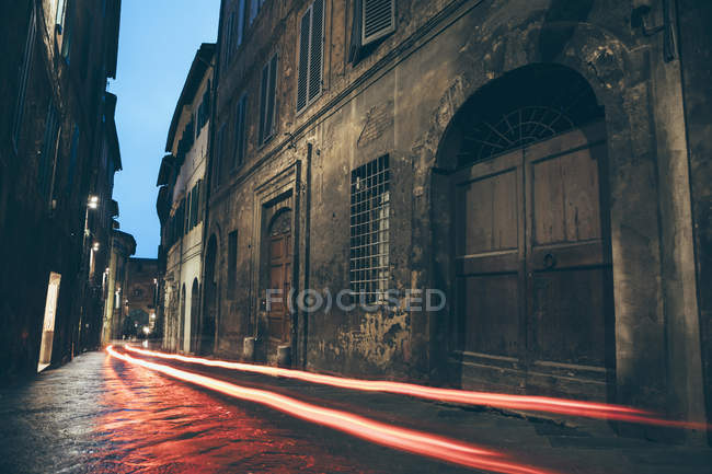 City street at night in Siena — Stock Photo