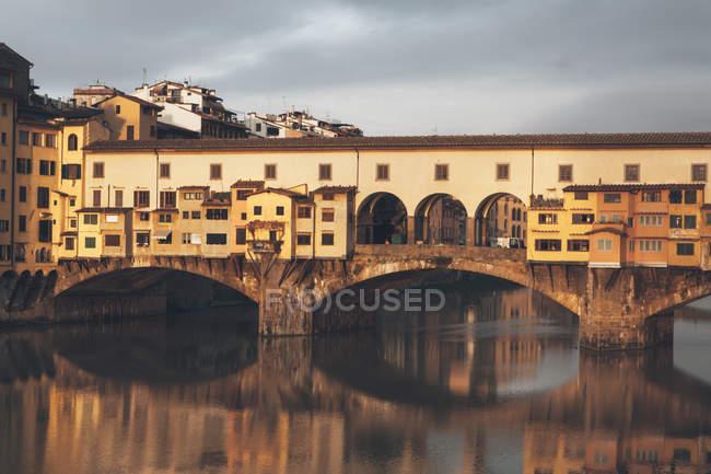 Понте Веккіо над річки Арно — стокове фото