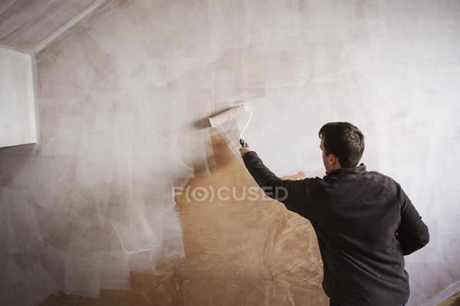 Maler halten Farbe Rollen — Stockfoto
