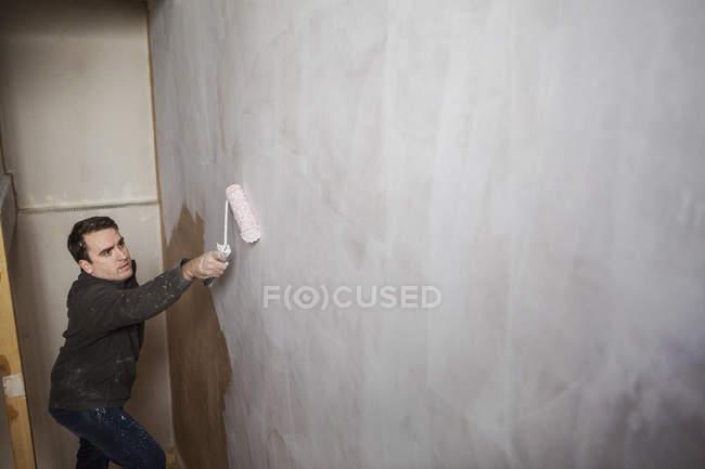 Будівельник, художник, проведення фарба рулон — стокове фото