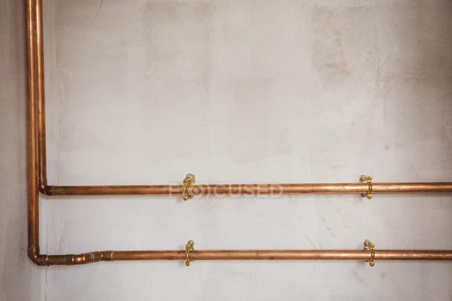 Kupferrohre verlaufen entlang der Wand. — Stockfoto