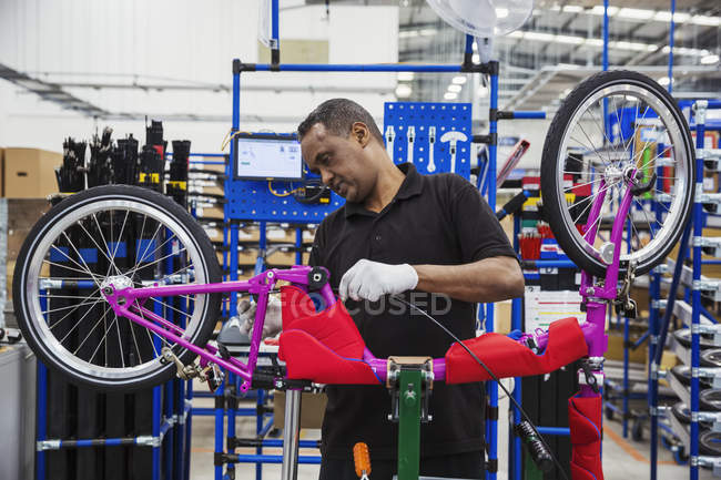 Trabalhador que monta a bicicleta — Fotografia de Stock
