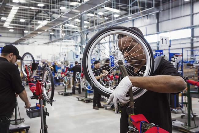 Montaje bicicleta de trabajador - foto de stock