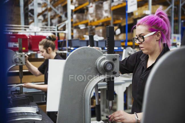 Weibliche fabrikarbeiter — Stockfoto