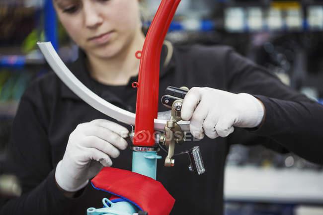 Trabajador de fábrica, montar una bicicleta - foto de stock