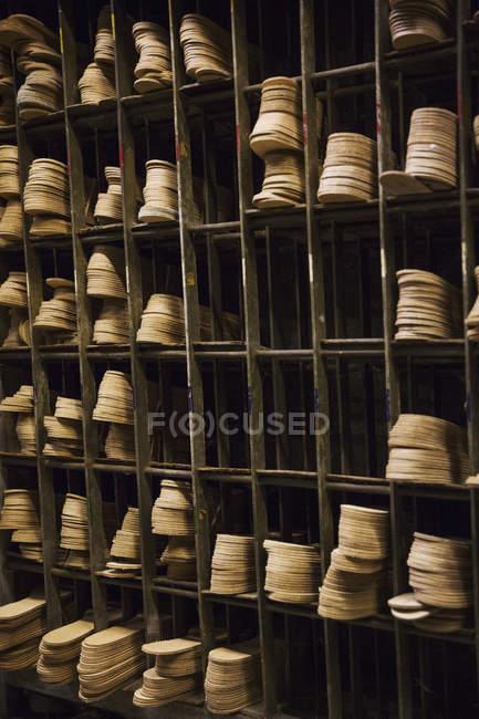Solas de couro nas prateleiras — Fotografia de Stock
