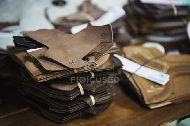 Pilha de peças de couro marrom — Fotografia de Stock