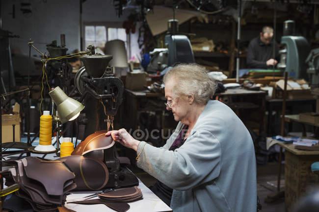 Trabalhador sénior de cabelos grisalhos — Fotografia de Stock