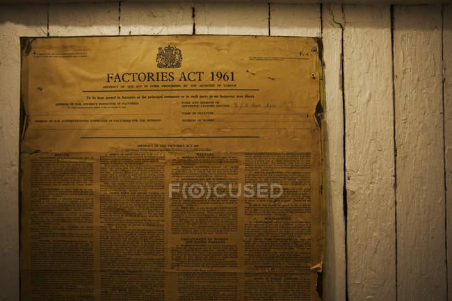 Пожелтевшие плакат закона о фабриках — стоковое фото